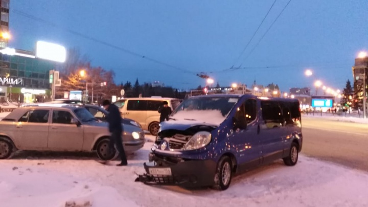 Пассажирку Renault увезли на скорой после ДТП на Красном проспекте