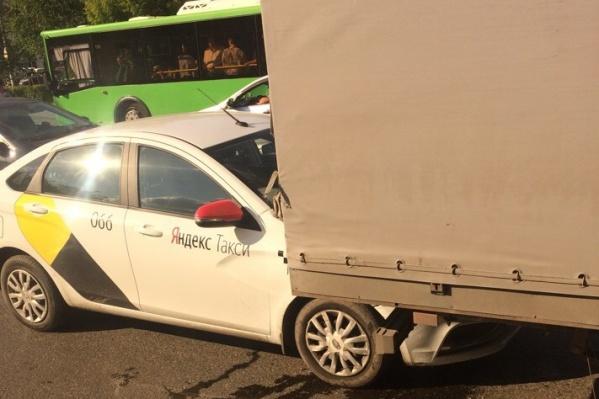 Автомобиль с брендом «Яндекс.Такси» залетел под впереди ехавшую машину