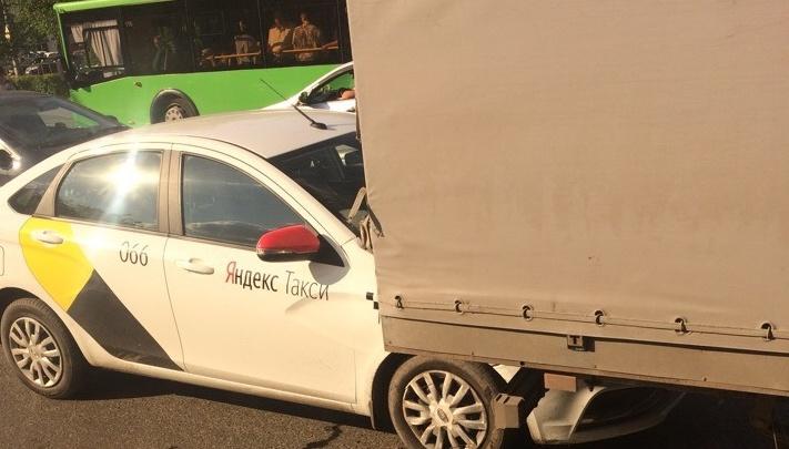На Воровского машина такси залетела под грузовик, один пострадавший
