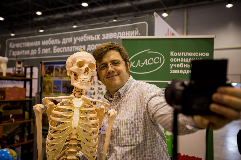 Скелет, который продают на выставке, превратился из товара для школ в атрибут для необычного селфи
