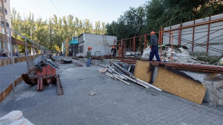От лишних глаз: «неубиваемые» павильоны в центре Волгограда закрыли высоким забором