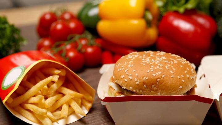 В Челябинске открылся обновлённый «Макдоналдс»: посетителей заведения обслуживают за столами