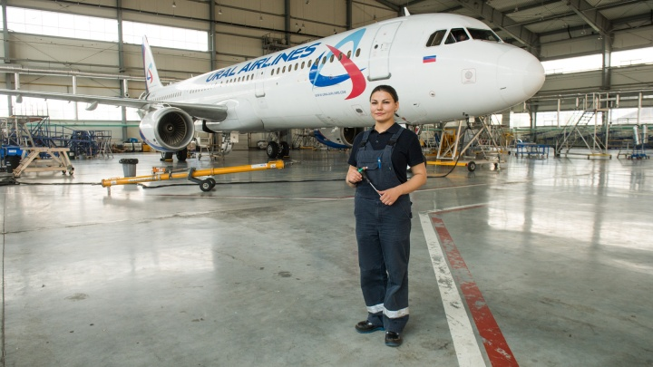 «Смотрели как на инопланетянина»: девушка-авиатехник — о том, как чинит самолёты вместе с мужчинами