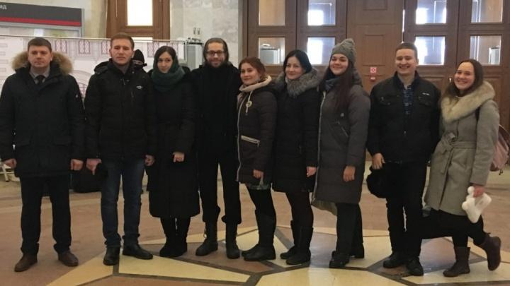 В торговых центрах и на вокзале волгоградская молодёжь поёт православные песни