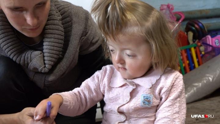 Девочку со сросшимися пальчиками и деформированной головой будут лечить врачи из Израиля
