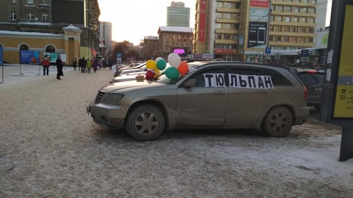 На улицах Новосибирска появились машины с тюльпанами и продавцы мимозы