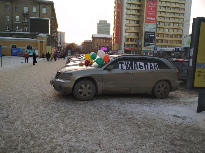 На улице Ленина начали торговать цветами прямо из машины