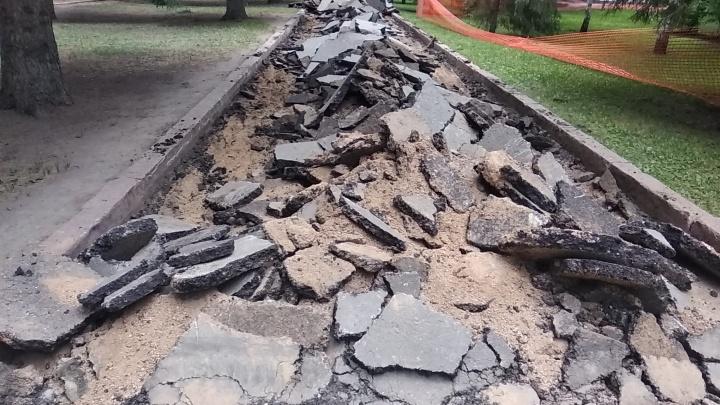 Пешеходные дорожки в сквере Славы превратились в груду камней