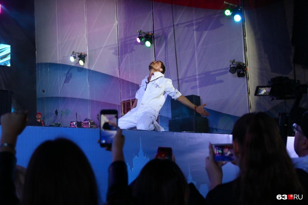 На концерте многим показалось, что артист странно двигался