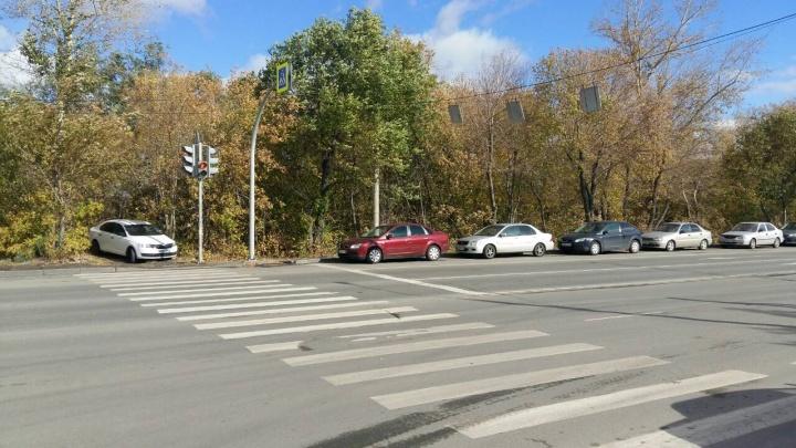 «Забили всё что можно»: автомобилисты превратили в парковку перекрёсток на северо-западе Челябинска