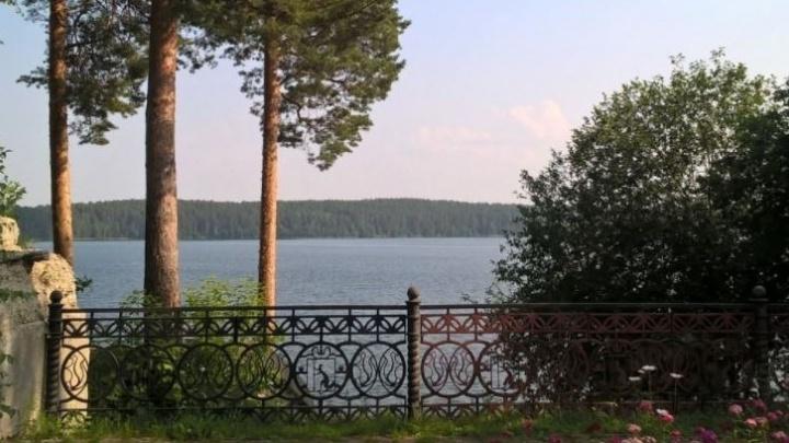 Маршрут выходного дня: пробираемся за высокие заборы, чтобы нырнуть в сказочное озеро Чусовое