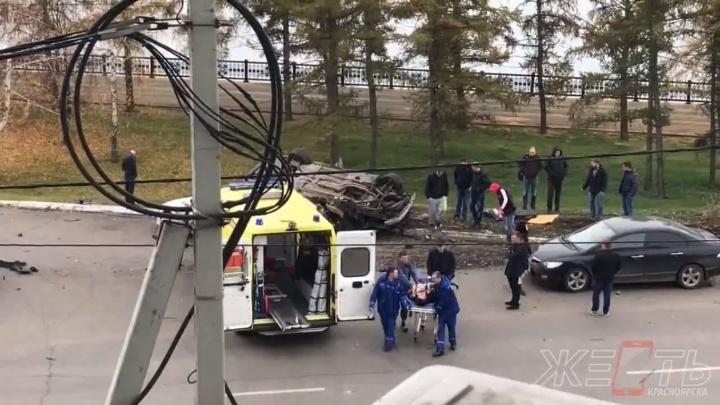 Очевидцы засняли, как из перевернутой BMW на Дубровинского вытаскивали человека