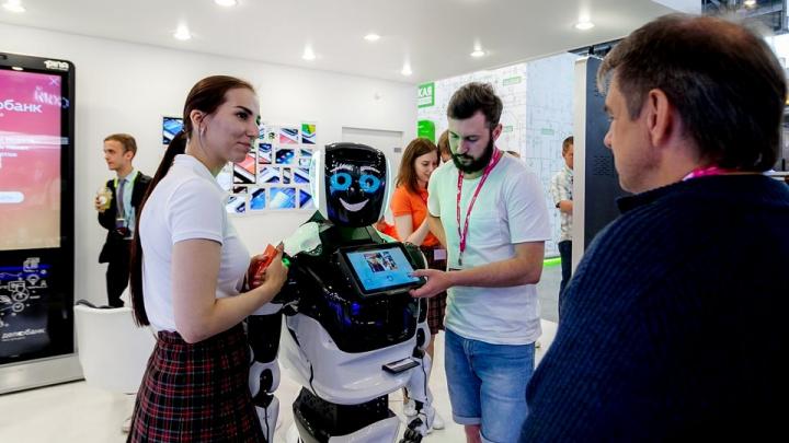 Танцуем с роботом, сдаём биометрию, пьём фреш, создаём визитки: чем заняться на «Иннопроме»