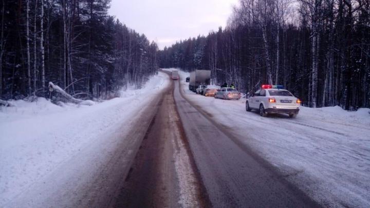 На трассе Екатеринбург — Серов три машины попали в ДТП из-за припаркованного на обочине грузовика