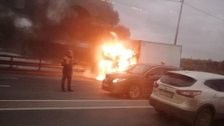 На Мызинском мосту после ДТП сгорела «Газель»
