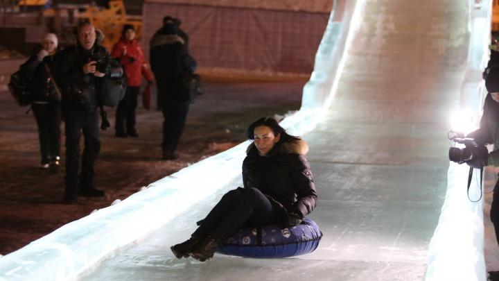 Котова на «ватрушке» и каша под ногами: фоторепортаж с открытия ледового городка в Челябинске