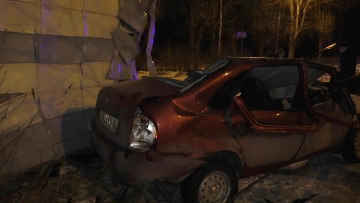 В Тавде водитель «Калины» на полной скорости врезался в дом и погиб