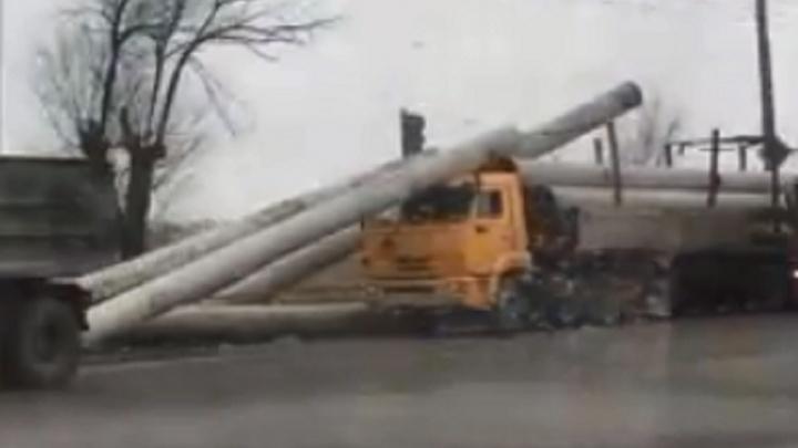 «Так и останавливайся на светофоре»: в Волгограде фура «потеряла» перевозимые трубы
