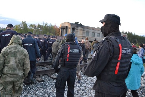 Посадка задержанных на поезд до Урдомы — с ОМОНом<br>