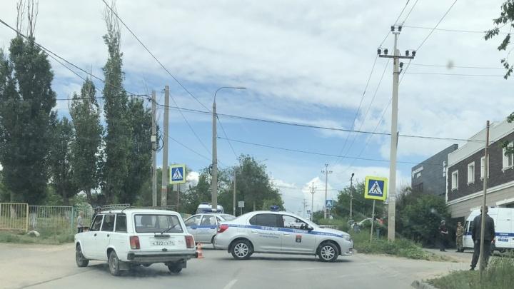 Оцепили улицу: в Волгограде проверяют машину каршеринга на наличие взрывчатки
