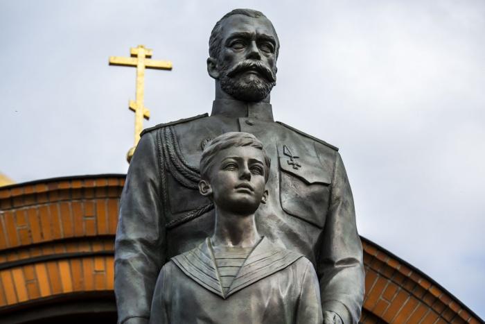 Памятник Николаю II и цесаревичу Алексею утром 18 сентября