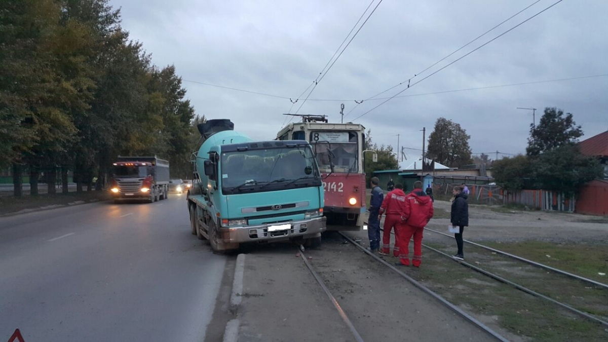 ВЛенинском районе Новосибирска бетономешалка протаранила трамвай