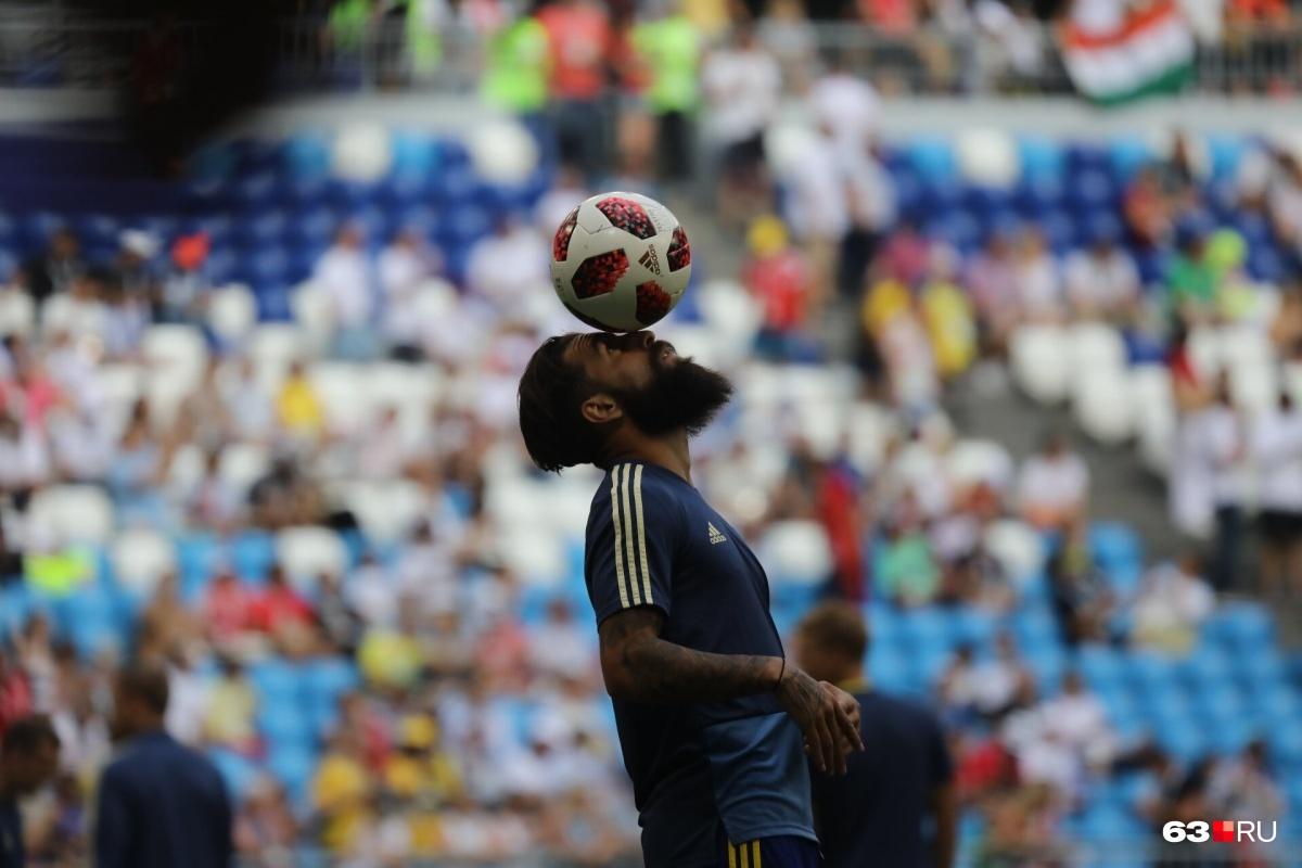 «Бородатая» мода дошла и до футболистов: полузащитник шведов Джимми Дурмаз виртуозно управляется с мячом