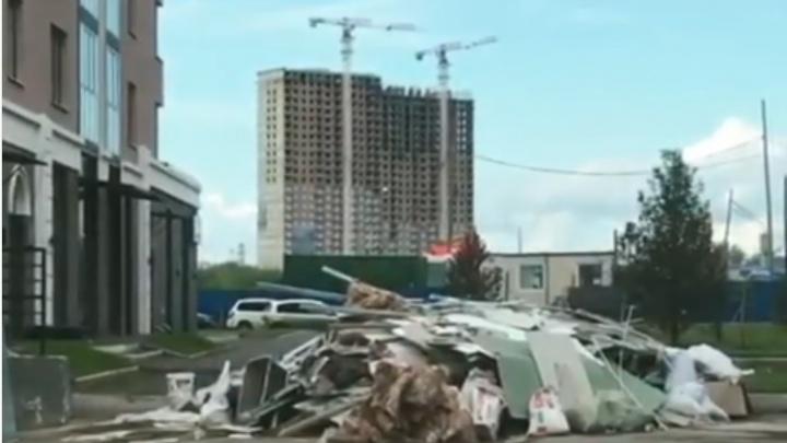 «По району бегают крысы»: строительная свалка образовалась у нового ЖК на Петра Ломако