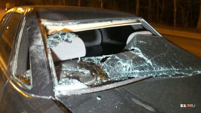 Мотоциклист своим телом пробил заднее стекло легковушки