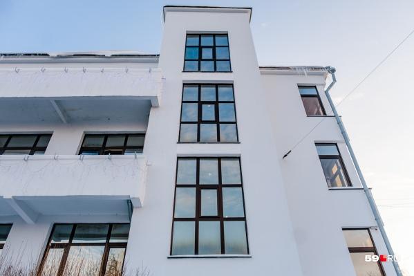 В Перми немало классических образцов конструктивизма. Например, этот дом — на улице 25 Октября. Он был построен еще в двадцатые годы, а выглядит как новенький