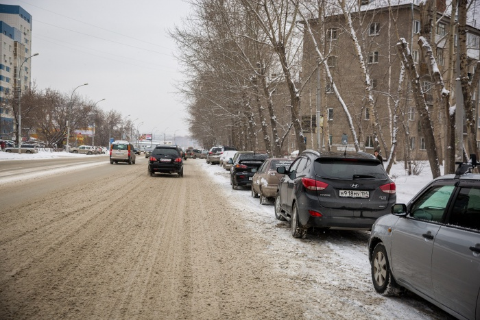 Сейчас водители паркуются по обеим сторонам улицы Блюхера — снимок сделан днём 13 ноября