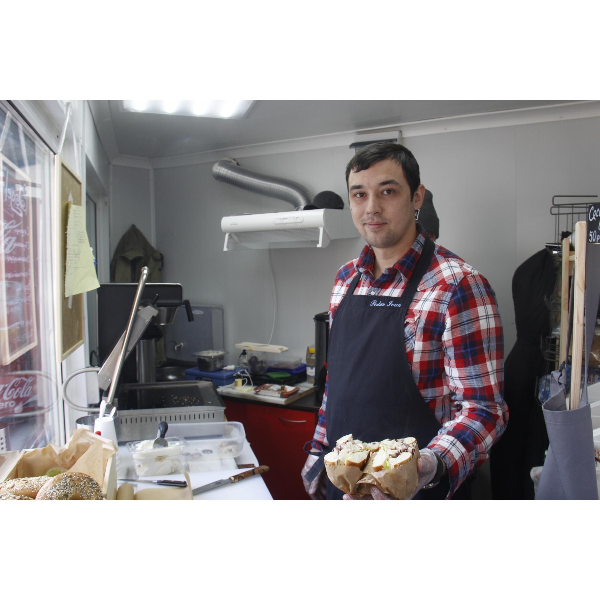 Иван Педан говорит, что все ингредиенты для Bagel Street Food будут готовиться на базе уже работающей кейтеринговой службы