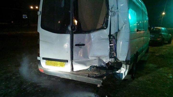 В Уфе водитель грузовика протаранил микроавтобус Mercedes-Benz