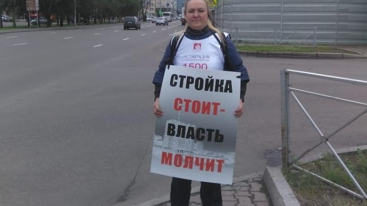 Видео: Дольщики «Реставрации» вышли с одиночными пикетами в центр Красноярска