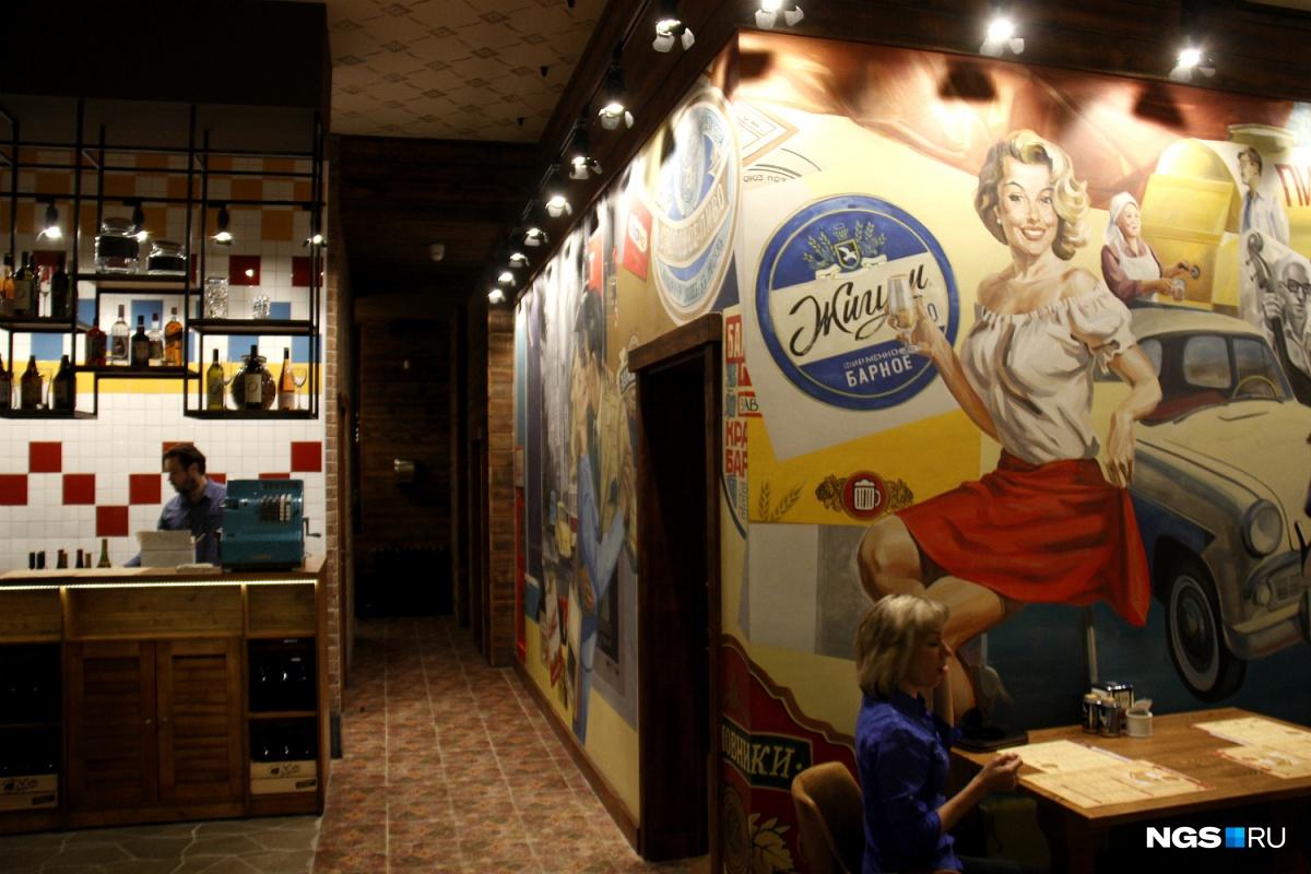 Стены ресторана украшены картинками из воображаемого прошлого