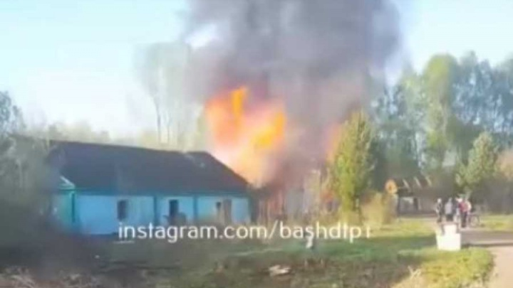 Клубы черного дыма закрывали небо: горящий дом в башкирском поселке сняли на видео