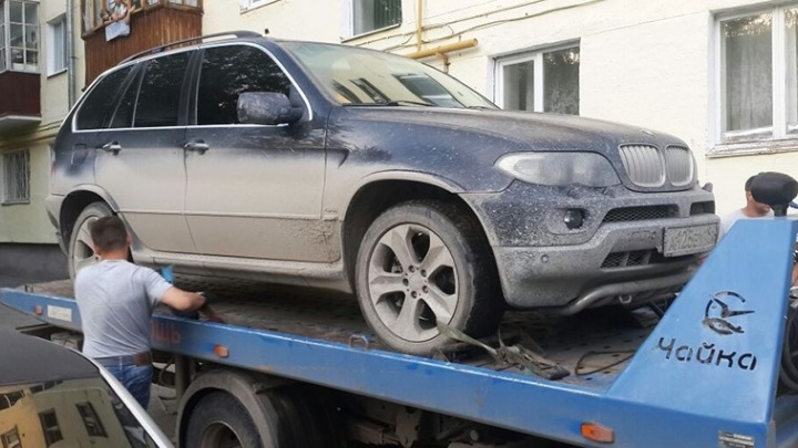 В Асбесте приставы забрали  BMW X5 у должника, который прятал машину