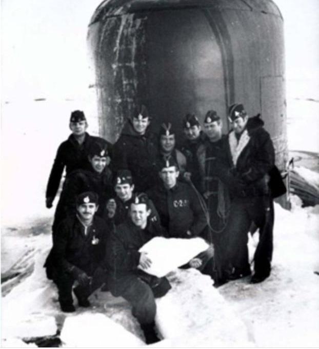 Виктор Курочкин с сослуживцами во время переÑода подо льдами на подводной лодке К-320