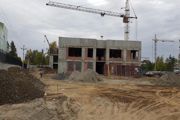 Сейчас подрядчик начинает строить третий этаж садика