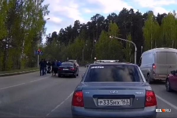 Четверо мужчин выскочили из своих автомобилей на светофоре и отбили парня у нападавших