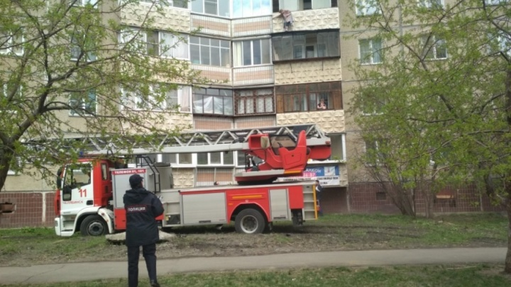 На северо-западе Челябинска спасатели сняли старушку с козырька балкона