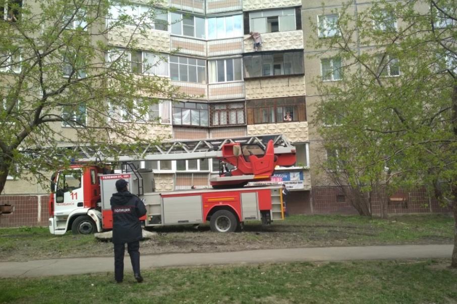 Как сообщают очевидцы, женщина простояла на балконе больше двух часов