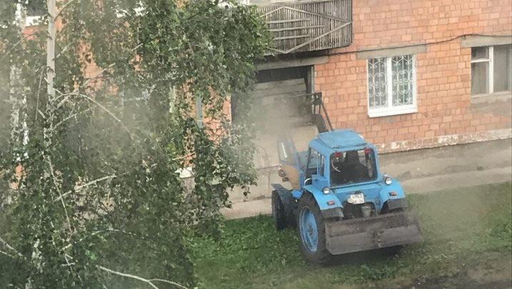 Квартиру жительницы Назарово почистили от хлама с помощью трактора