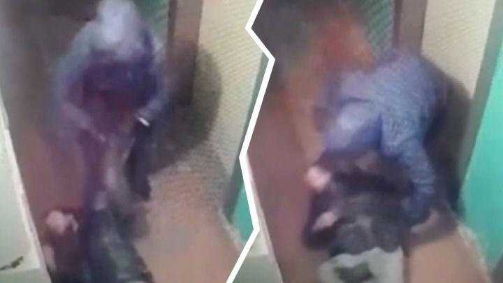 «Море крови в подъезде»: мужчину избили и ограбили, а соседи прошли мимо. Видео