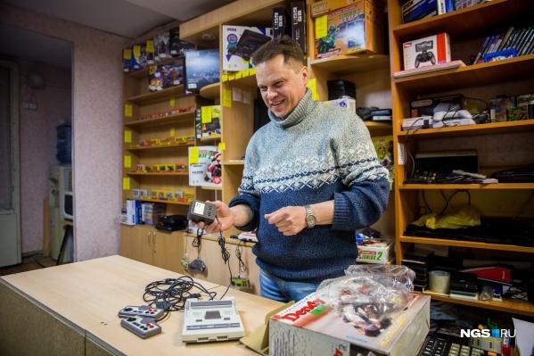 Андрей Макеев до сих пор торгует приставками и катриджами