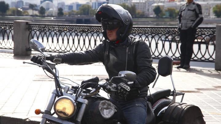 Шлемы с рогами, маски с черепами: байкеры торжественно закрыли мотосезон