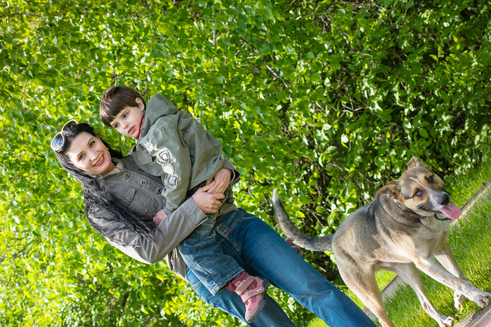 Дети-аутисты не очень любят прикосновения, но маму обнимать сейчас уже научились