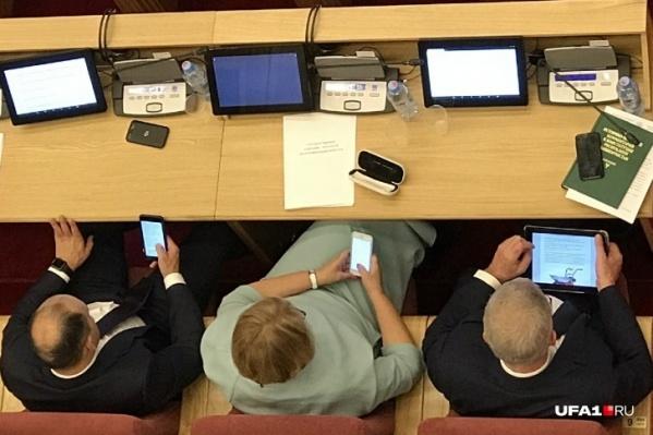 Кто как может, так и коротает время на заседаниях: кто в телефоны залипает, кто — в планшет