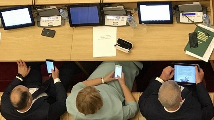 В Курултае Башкирии объяснили, почему депутаты не приходят на заседания и сидят втелефонах