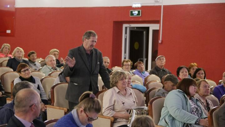 «Нам пудрят мозги»: жители посёлка со свалкой для Челябинска сорвали слушания по изменению генплана